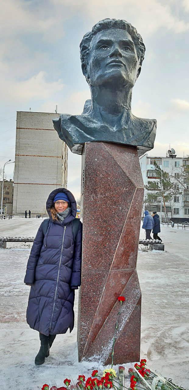 Эльвира Кочеткова у памятника